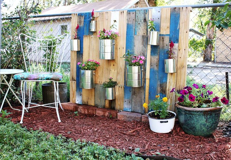 How to use pallets to build a creative vertical garden for How to build a vertical pallet garden